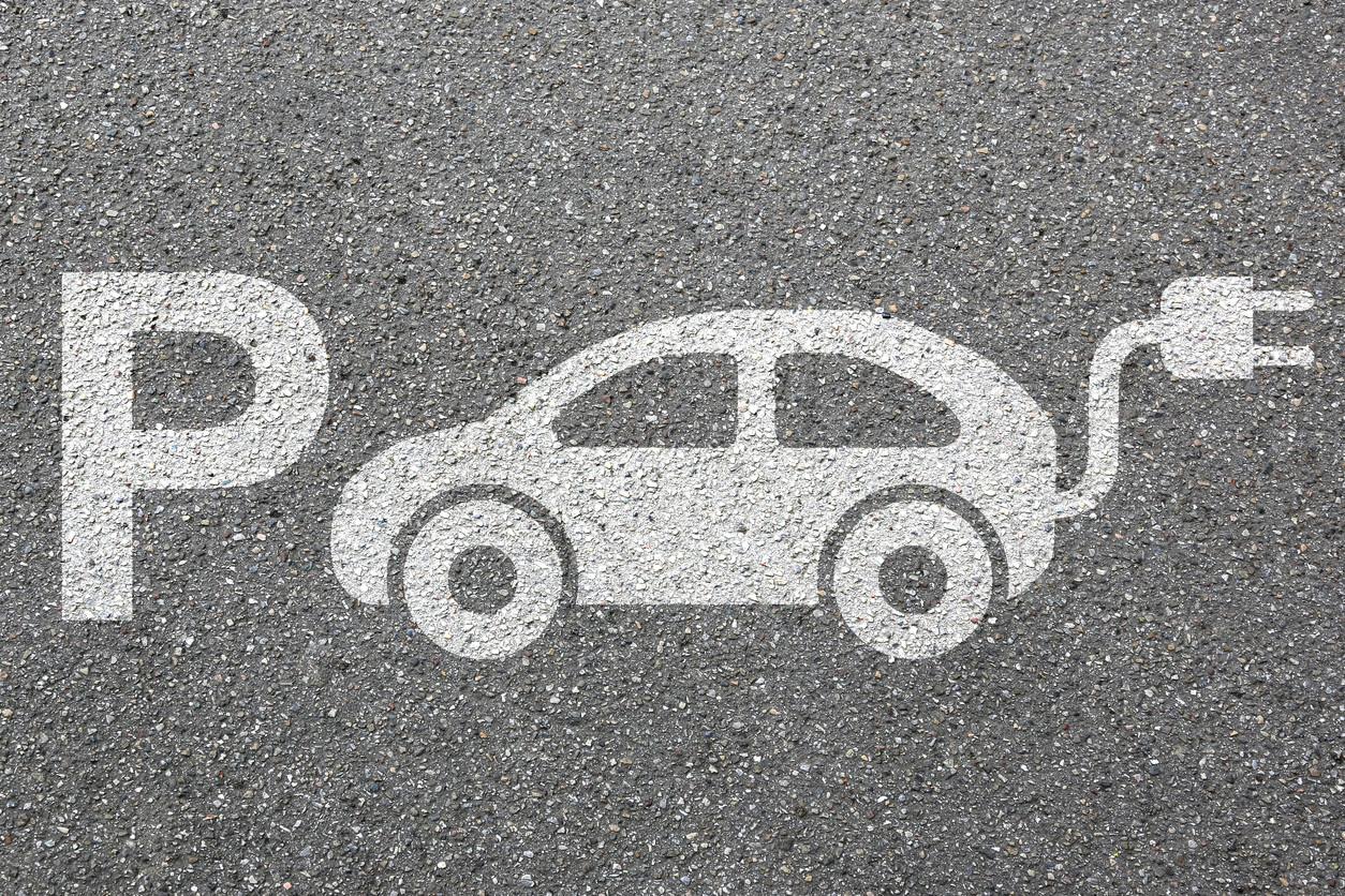 Plaza de aparcamiento para coche electrico