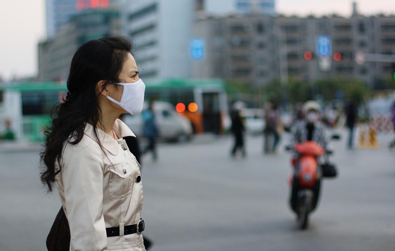 Mujer con mascarilla contra contaminación