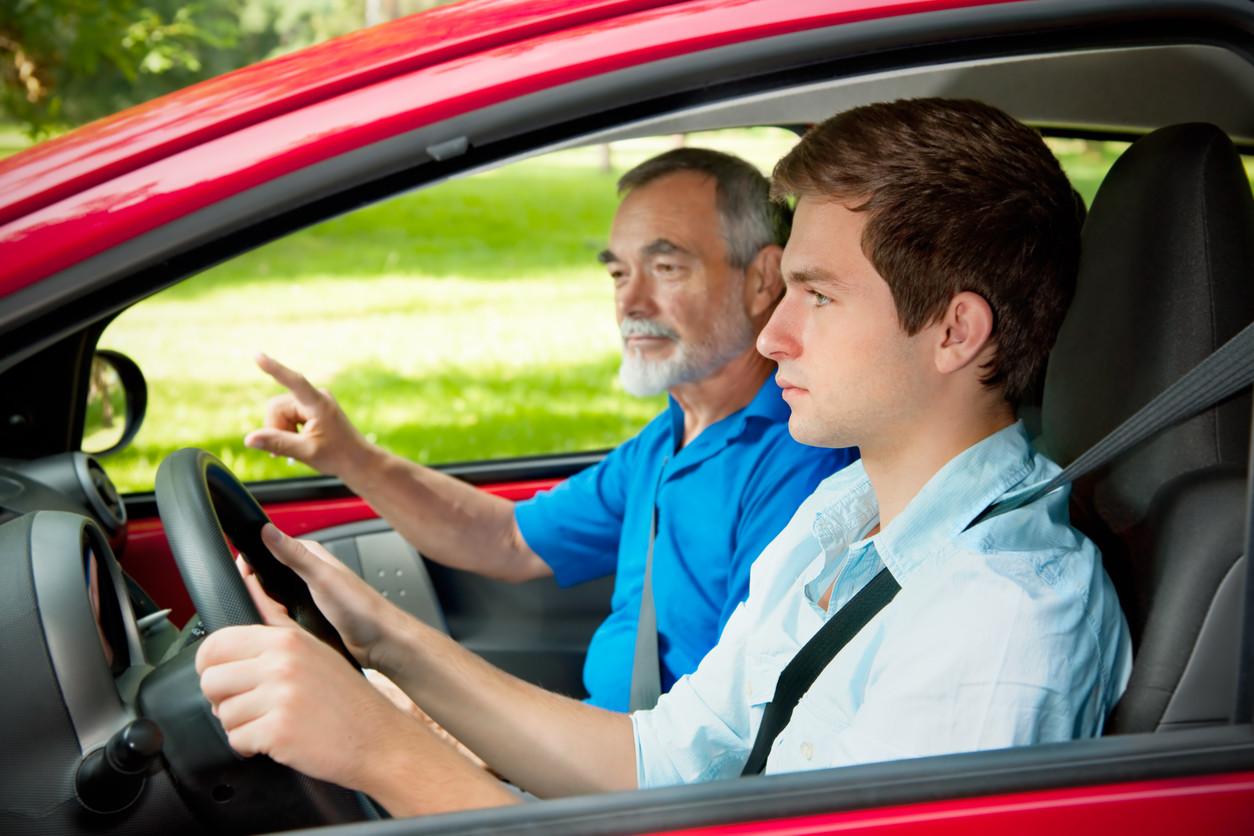 Joven dando clases de conducir