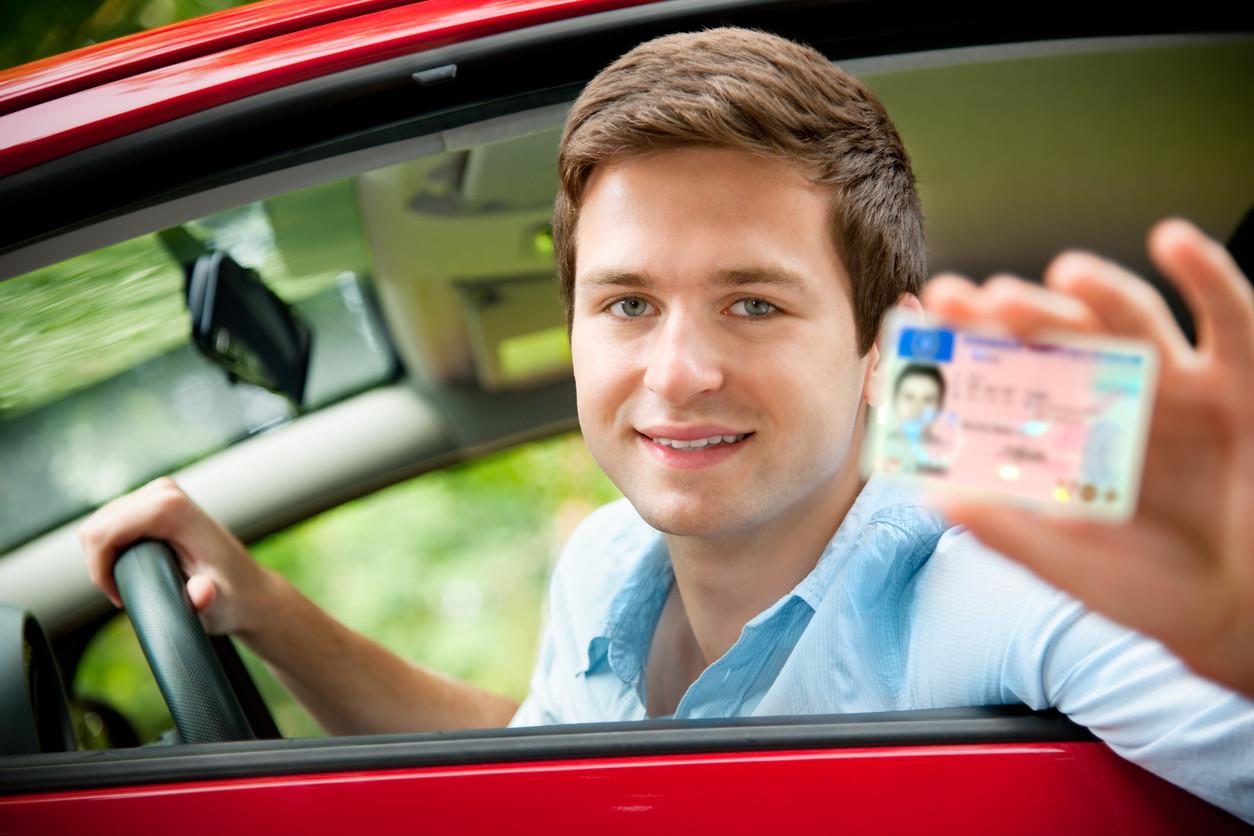 Joven con su carnet de conducir