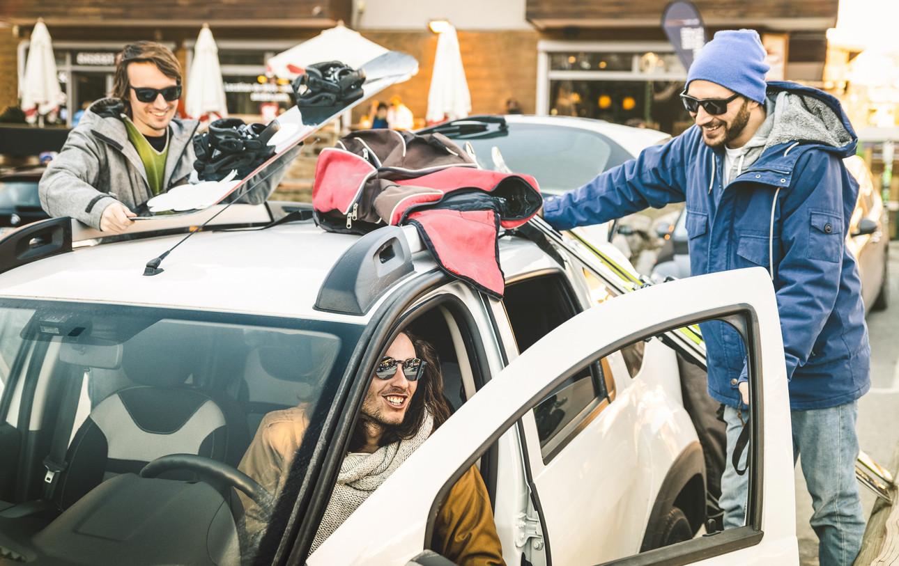 amigos en coche pista de esqui