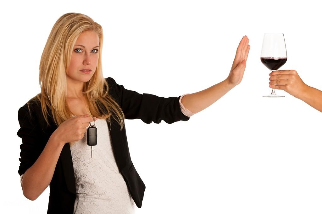 Mujer rechaza copa de vino