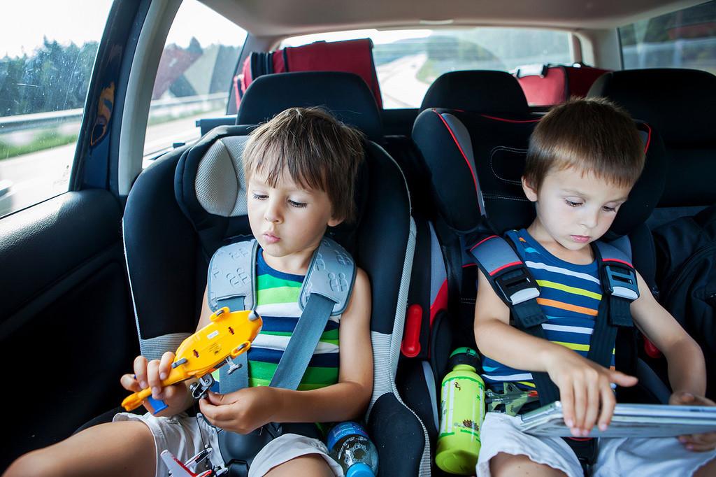 Juegos de niños en el coche