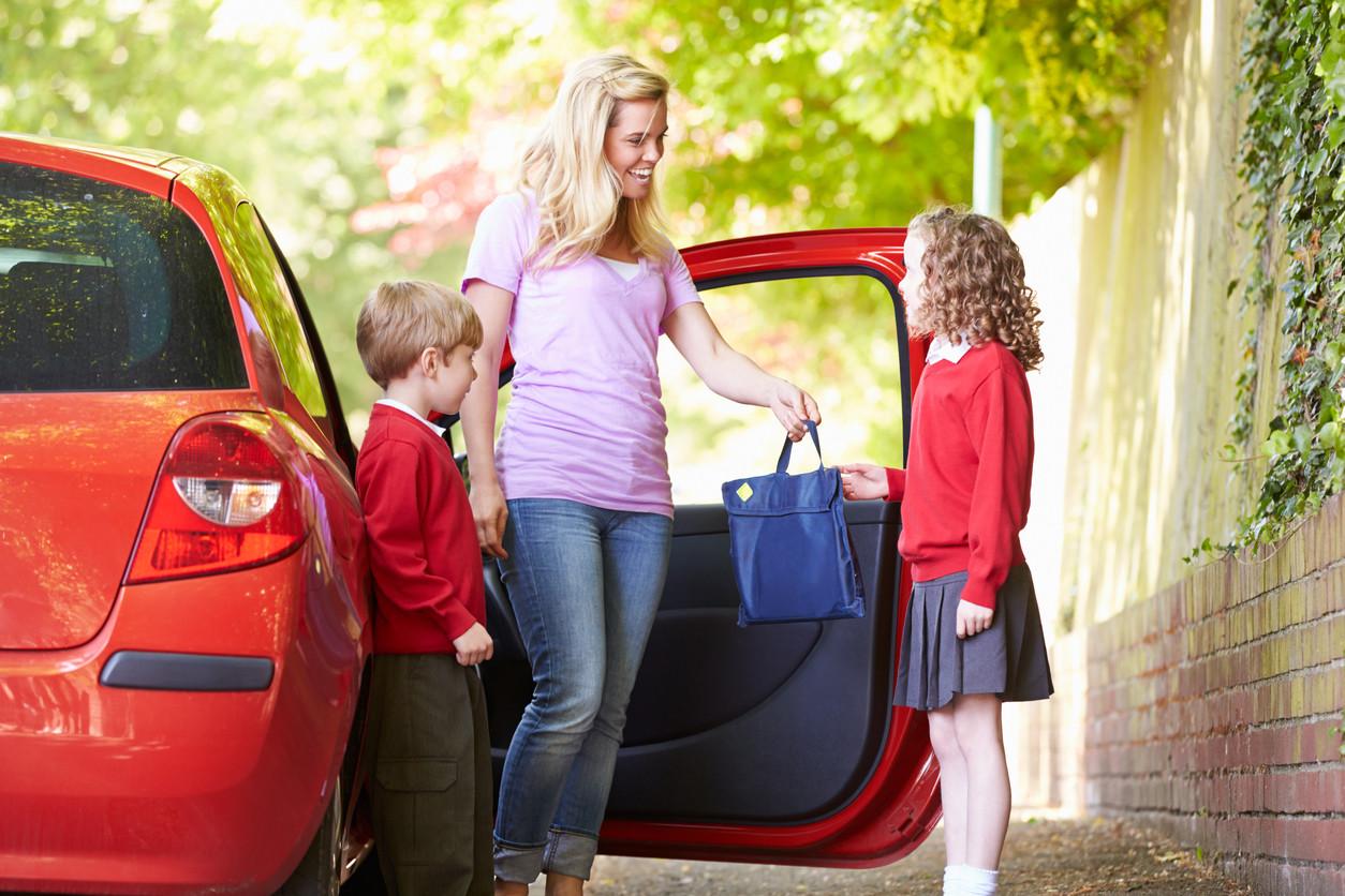 Niños conducidos al colegio