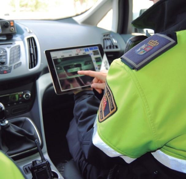 agente de policia manejando una tablet