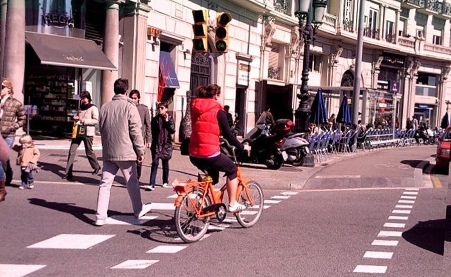 Ciclista cruzando paso de peatones