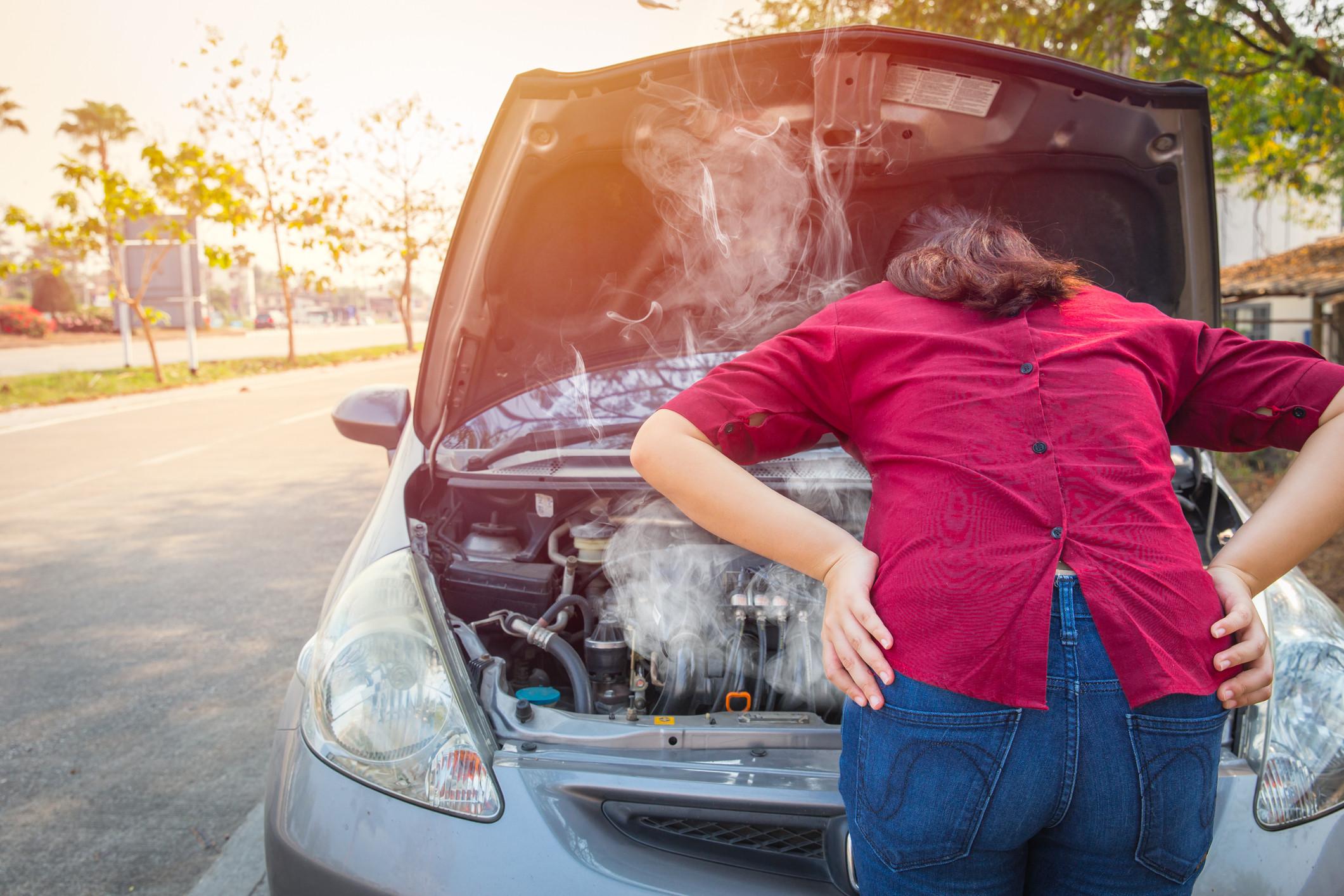 mujer con coche recalentado