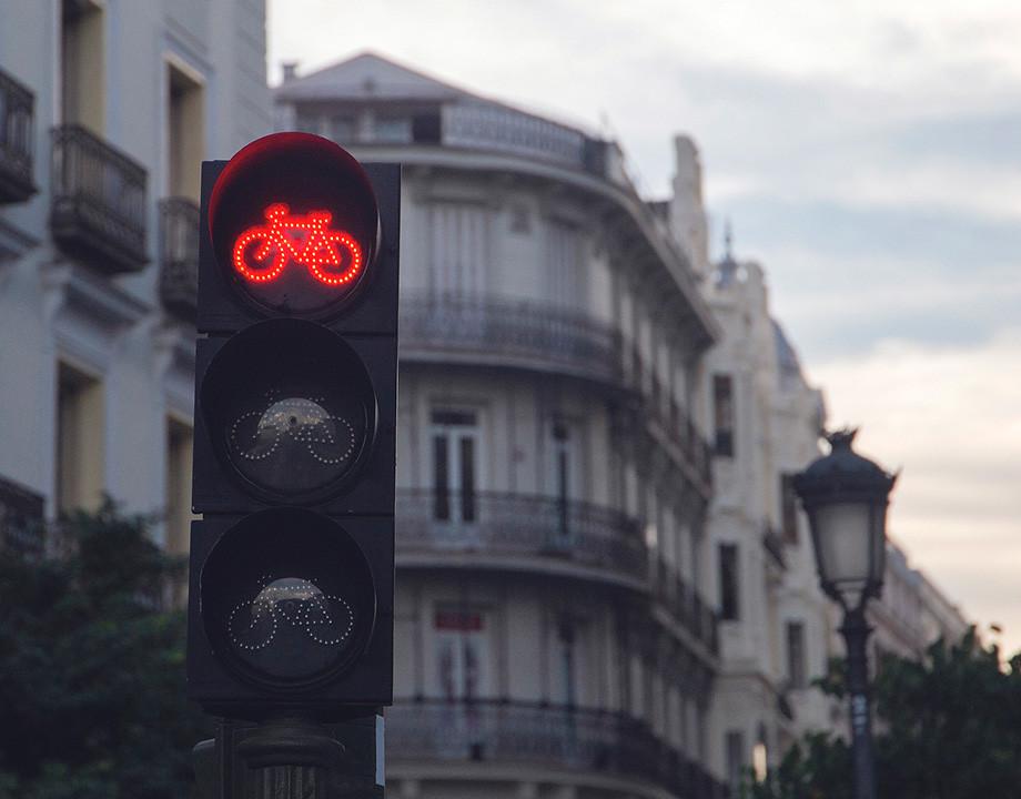 Ordenanza de Movilidad Sostenible bicicleta semaforo rojo