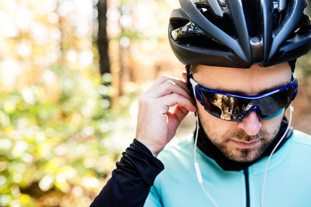 Ciclista con auriculares