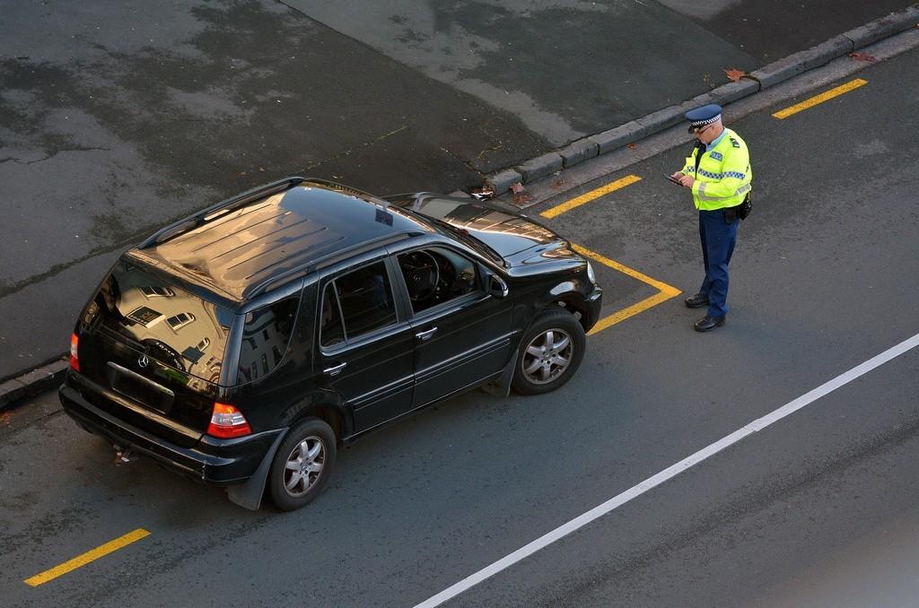 Agente detiene a un vehículo