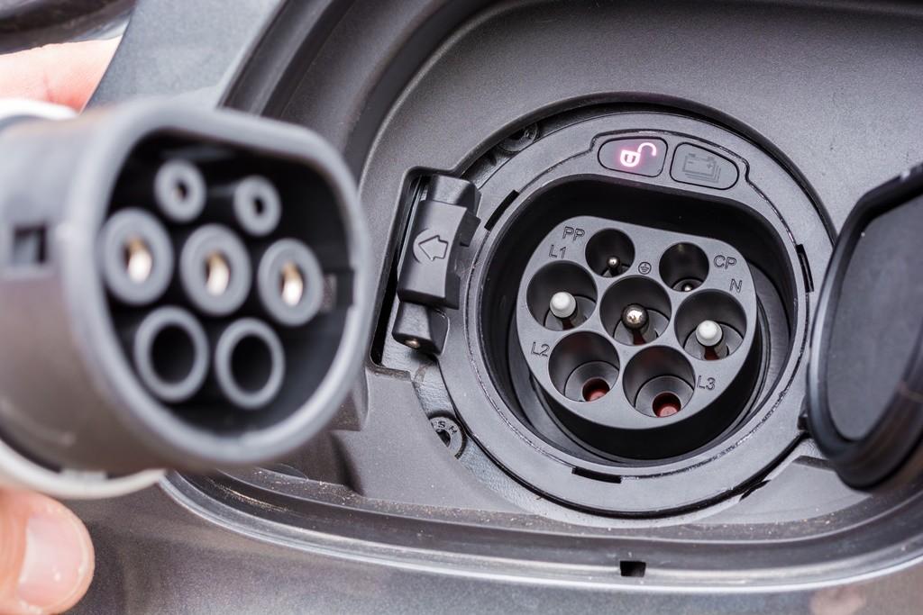 Cargar coche eléctrico fuera