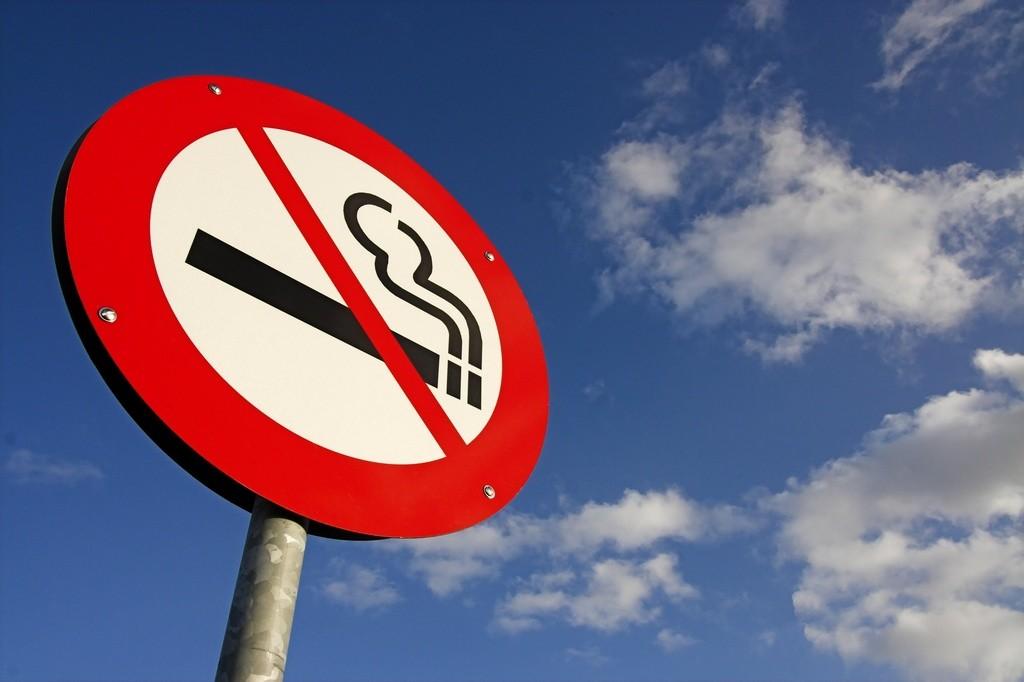Prohibir fumar en el coche