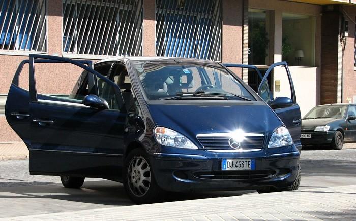 Crianças no carro ao sol
