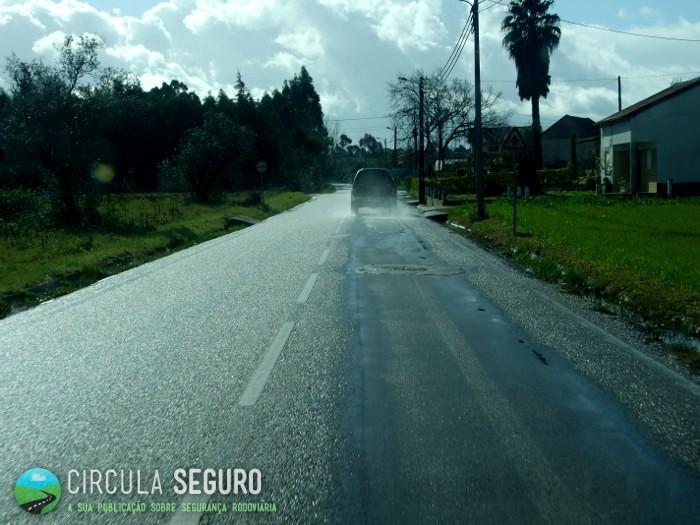 Pavimento molhado aumenta risco de acidente rodoviário