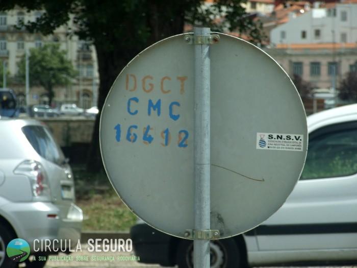 Saberás se um sinal de trânsito é legal, se o vires identificado