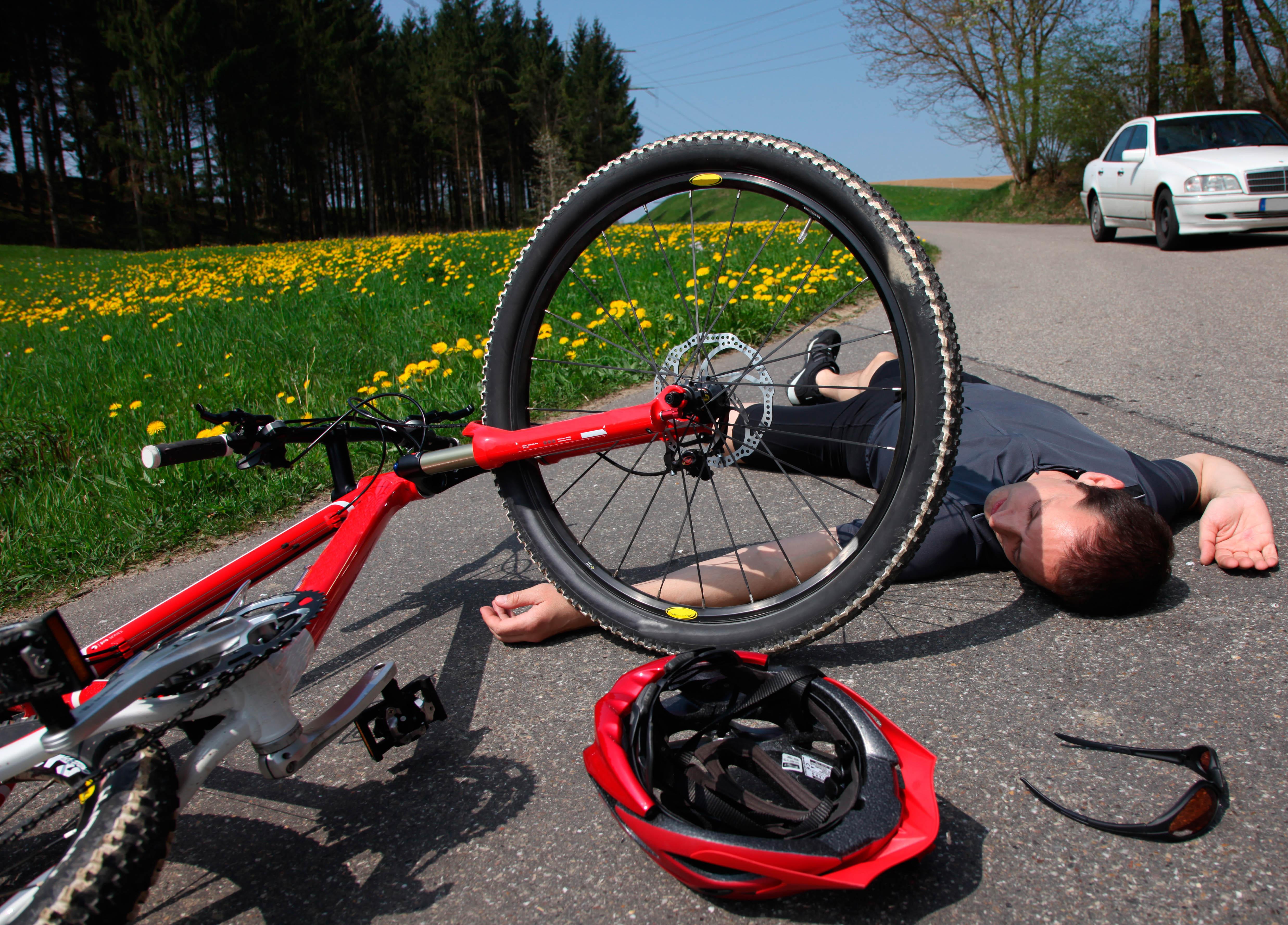 Radfahrer Unfall mit Mountainbike auf Landstraße