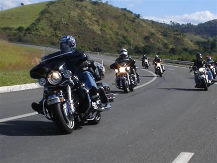 Gosta de fazer passeios de moto? Saiba que cuidados deve ter antes de se fazer à estrada