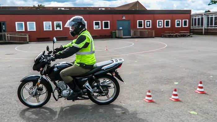 Exames de condução de moto acompanhados pelo examinador