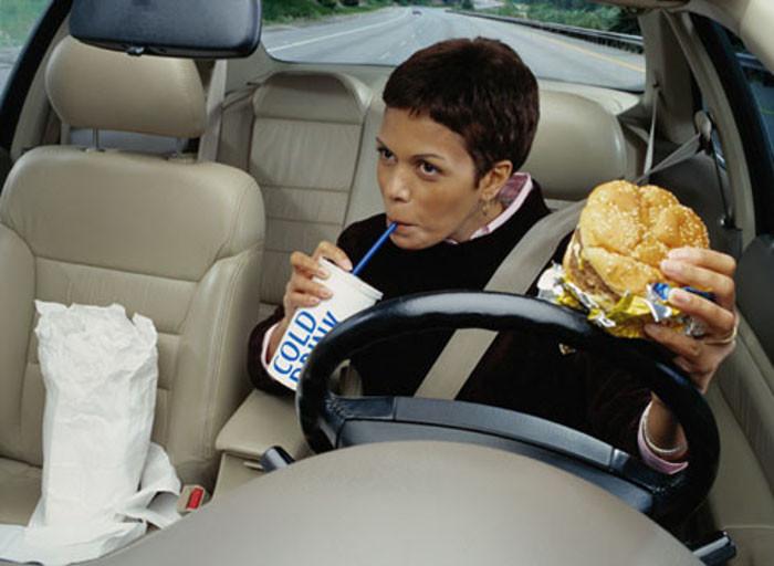 Comer enquanto se conduz e os perigos associados.