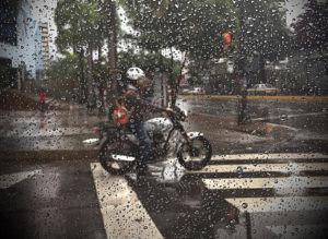 chuva e moto