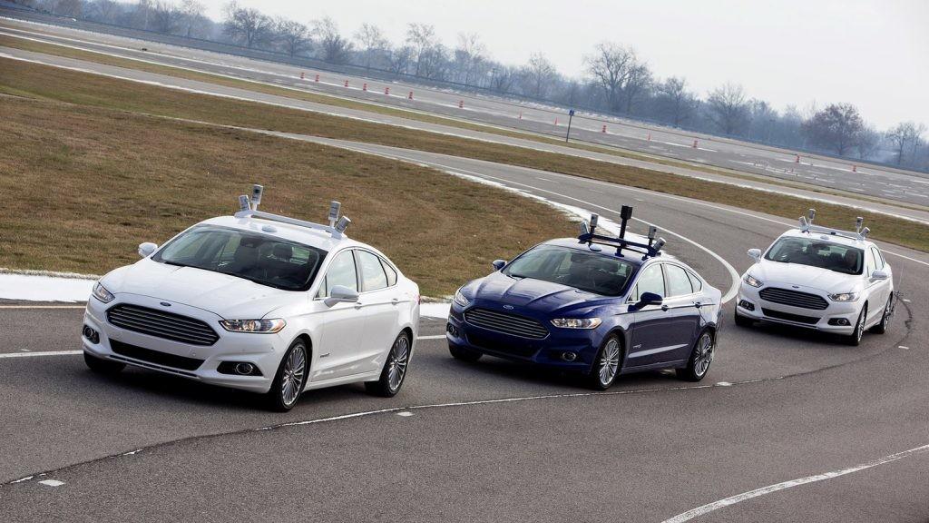 Veículos de condução autónoma da Ford em teste de pista