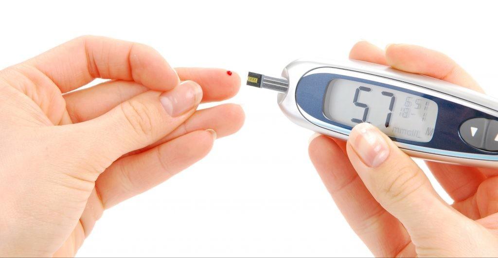 diabetes, renovar a carta, carta de condução: diabético mede o nível de açucar no sangue