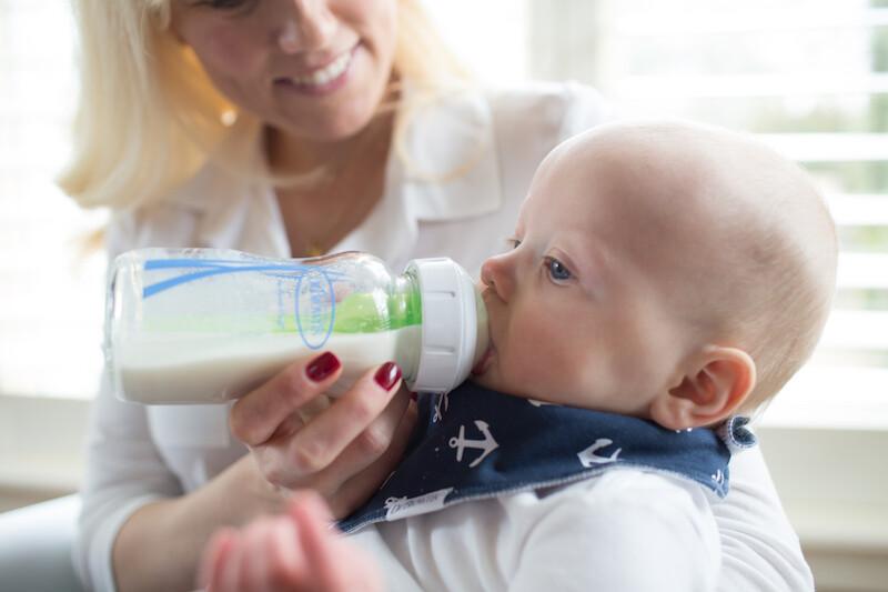 La lactancia artificial es todo un mundo: consejos (y accesorios útiles) para que sea cómoda y sencilla