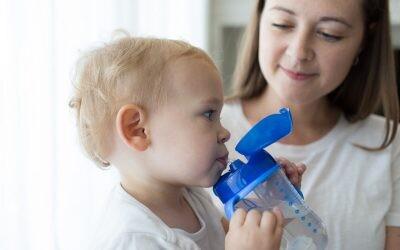 Guía definitiva para hidratar bien a tu bebé cuando la leche ya no es su único alimento