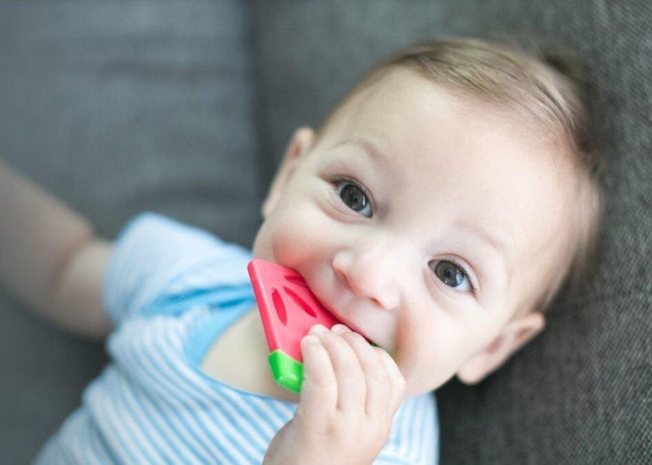Chupetes y mordedores: cómo acertar para calmar el instinto de succión de tu bebé y aliviar las molestias de la dentición