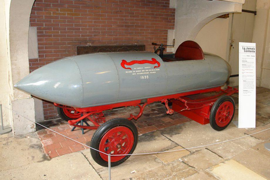 En la fotografía: La Jamais Contente, primer vehículo en batir los 105 km/h. Museo del automóvil de Compiègne