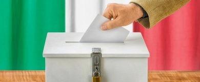 Imagen de una persona introduciendo su voto en el referéndum en Italiahttps://img.blogs.es/ennaranja/wp-content/uploads/2016/12/referendum-italia-390x160.jpg