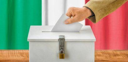 Imagen de una persona introduciendo su voto en el referéndum en Italia