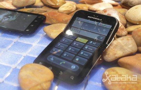 Motorola Defy en el agua