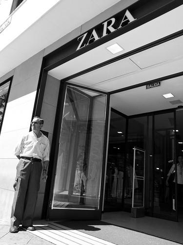 Zara con hombre en la puerta