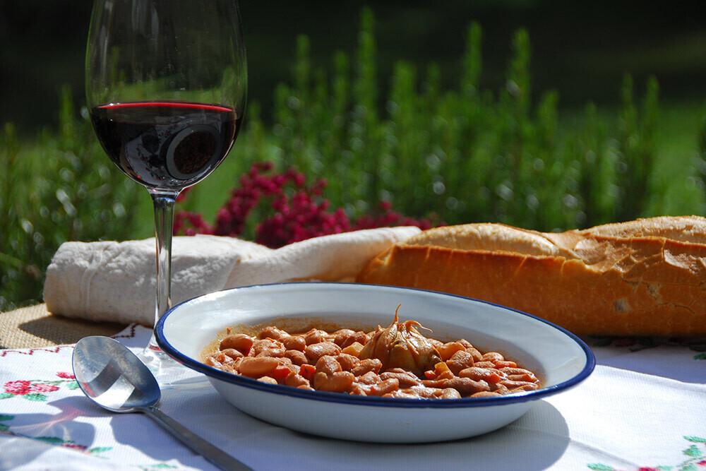 Ni carne ni pescado, cómo acertar a la hora de maridar un buen (y calentito) plato de legumbres con el vino más adecuado