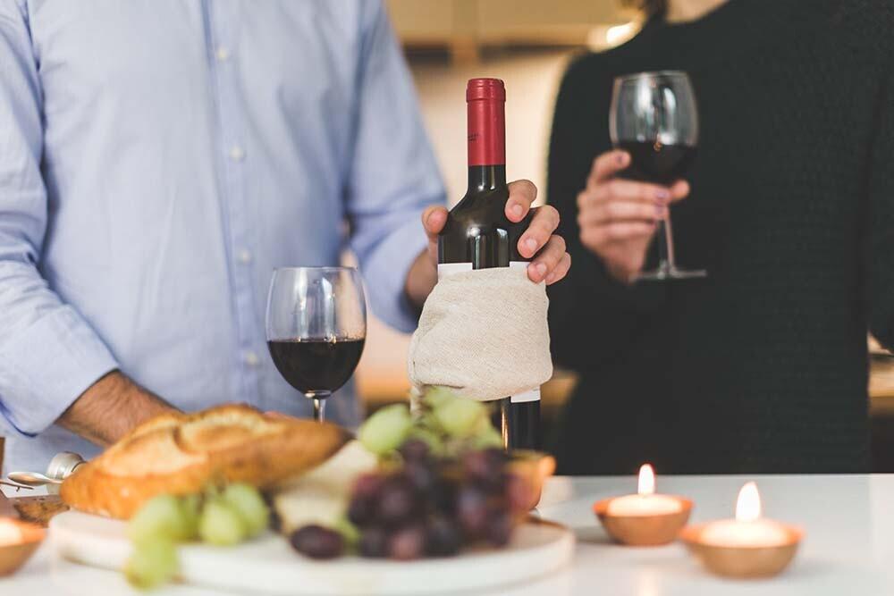 Cómo presentar cada vino ante tus invitados y parecer un verdadero sumiller