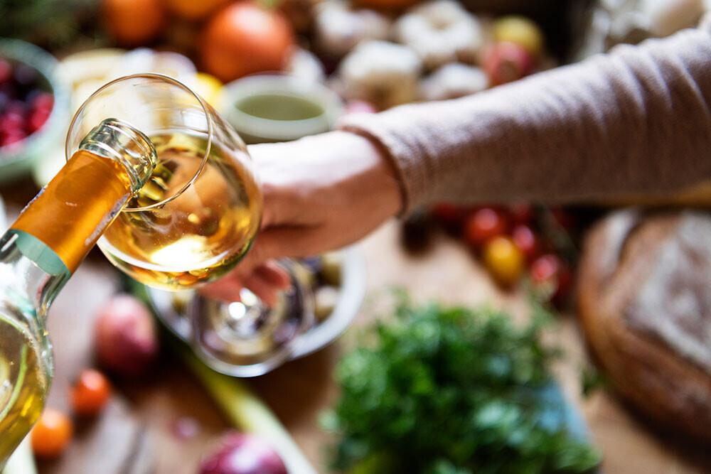 Cuando lo poco cuenta mucho: celebra la amistad, la familia y la pareja con un buen plato y el vino ideal para cada momento