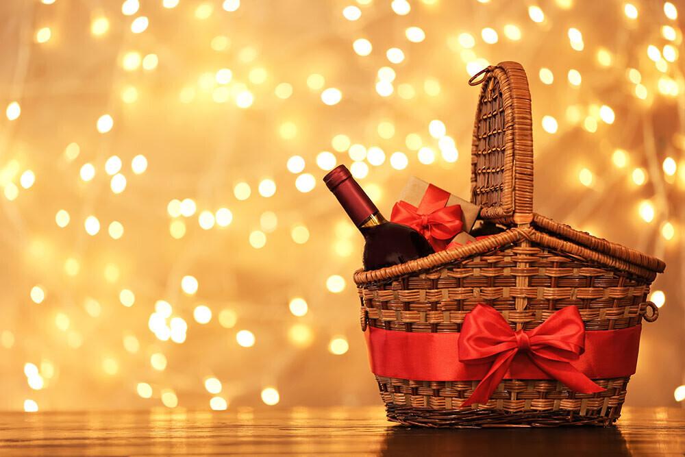 Cómo preparar una cesta de Navidad variada y económica con el vino como protagonista