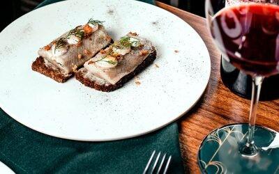 Aléjate de los clichés, estos platos de pescado saben mejor con una copa de vino tinto