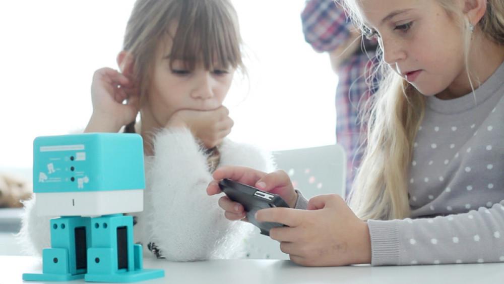 Niños jugando con Zowi, el Robot educativo BQ