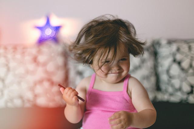 ¿A tu bebé le encanta bailar? Así es como le beneficia mover el cuerpo