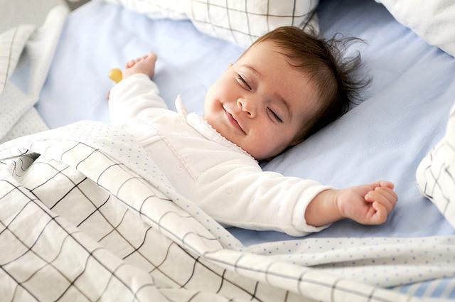 Cómo enseñar a tu hijo la rutina del sueño mediante el juego simbólico