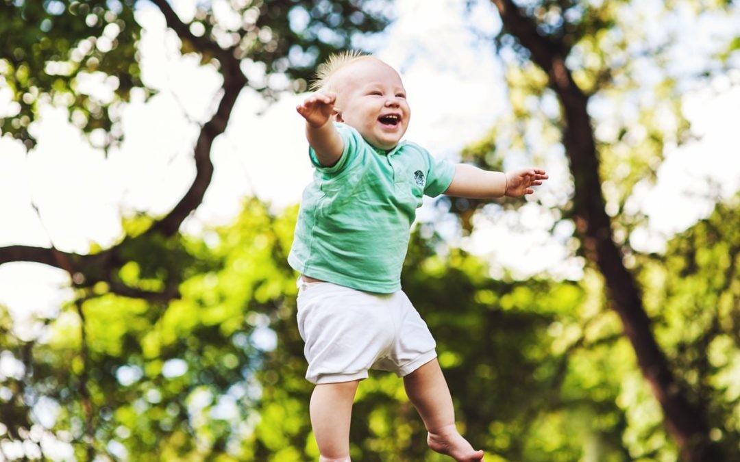 A los niños les encanta saltar, pero aprender a hacerlo no es nada fácil