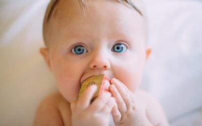 Primer diente del bebé a la vista: qué hacer (y qué no) durante los meses de dentición