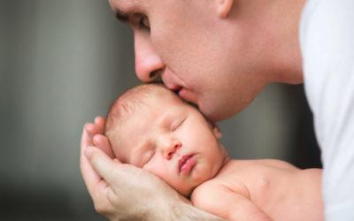 No, tu bebé no tiene caspa: qué es la costra láctea y cómo cuidarla