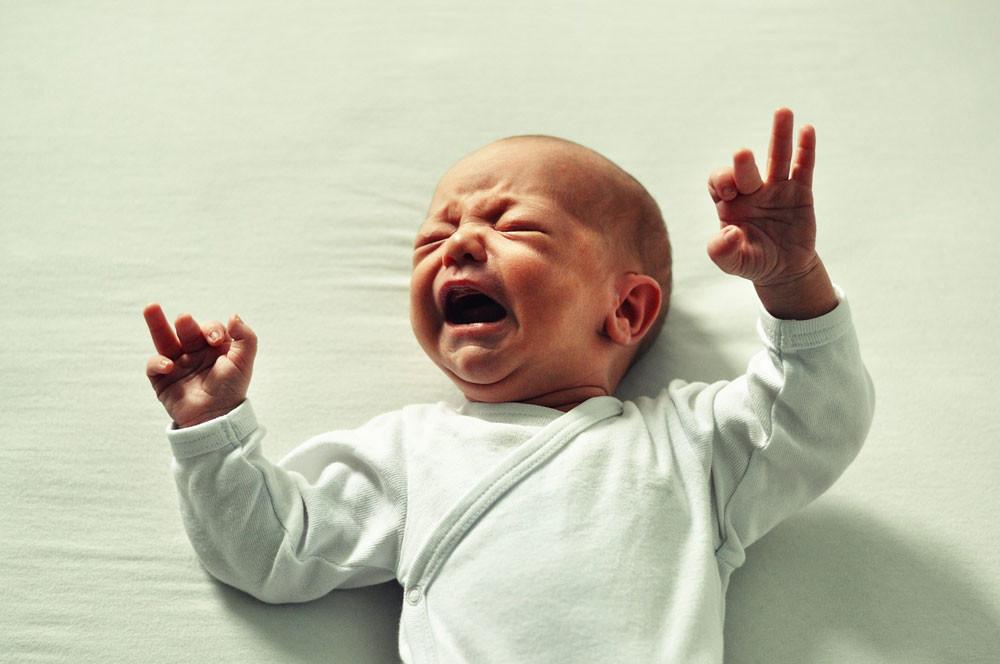 Ese aullido de dolor es un cólico: cómo calmar al pequeño y evitar que se repita