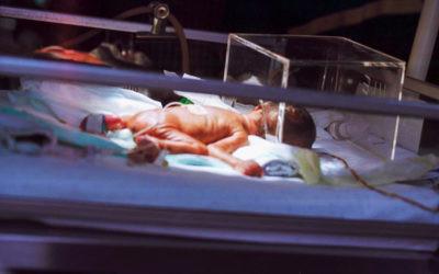 Estos son los cuidados que necesita un bebé prematuro de mamá y el hospital