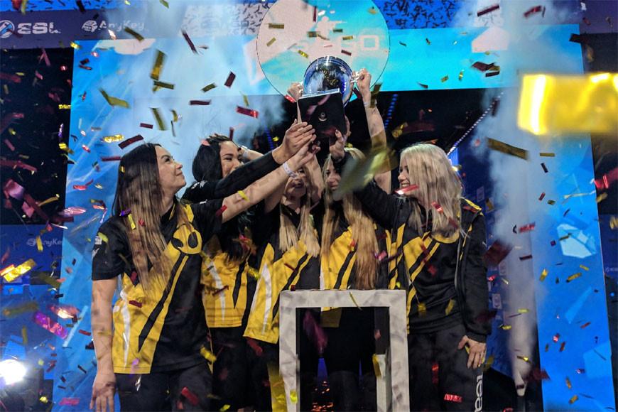 Team Dignitas levantando la copa de Katowice