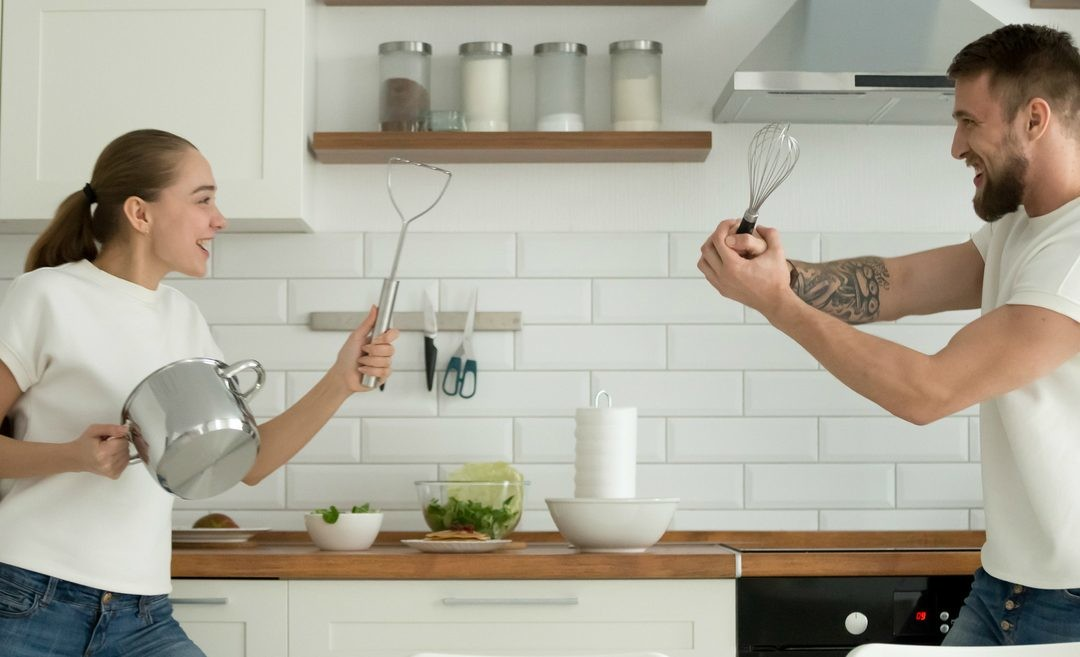 Menos pantallas y más sartenes: por qué es una buena idea que los jóvenes aprendan a cocinar