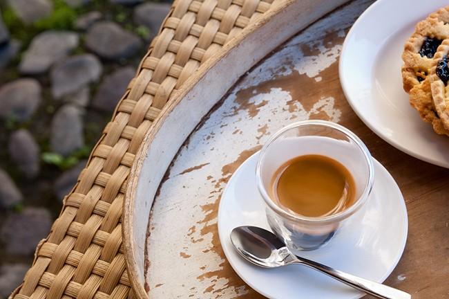 cafe solo en bandeja
